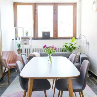 stół drewniany dla czterech osob plus krzesła drewniane tapicerowane do małej jadalni