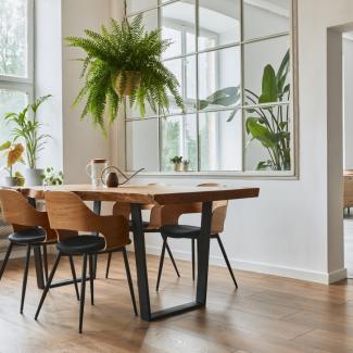 stół jadalniany drewniany na metalowych nogach plus krzesła drewniane